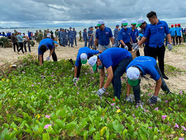 Bà Rịa – Vũng Tàu: Ra quân hưởng ứng chiến dịch làm sạch môi trường biển năm 2020 - Ảnh 2.