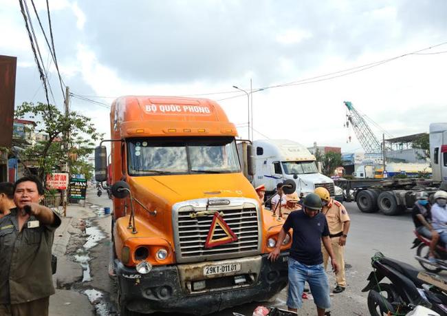 Hải Phòng: Xe container đâm một loạt xe máy chờ đèn đỏ, nhiều người bị thương - Ảnh 2.
