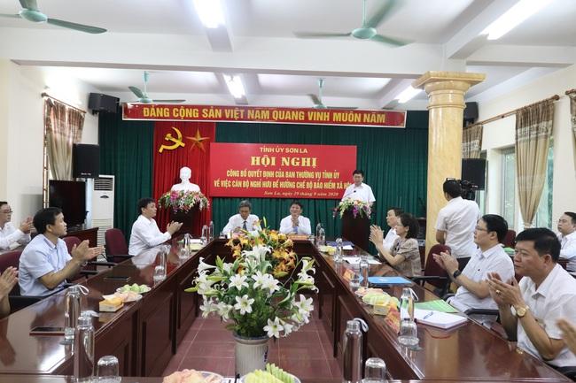 Ban Thường vụ Tỉnh uỷ Sơn La trao quyết định nghỉ hưu cho Chủ tịch HND Sơn La - Ảnh 1.