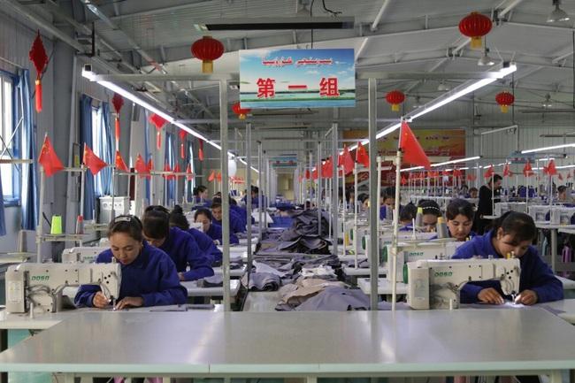Mỹ cân nhắc lệnh cấm hàng dệt may Trung Quốc do vi phạm nhân quyền ở Tân Cương - Ảnh 2.