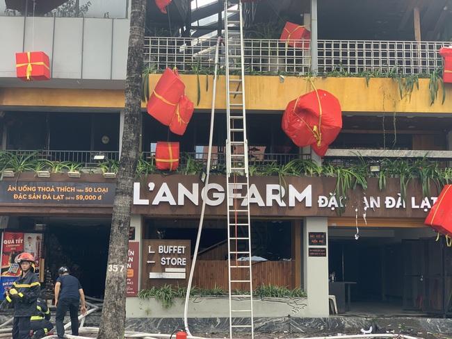 TPHCM: Giải cứu 1 người mắc kẹt trong vụ cháy cửa hàng L'angfarm Buffet - Ảnh 1.