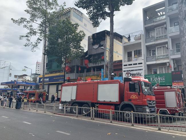 TPHCM: Giải cứu 1 người mắc kẹt trong vụ cháy cửa hàng L'angfarm Buffet - Ảnh 2.