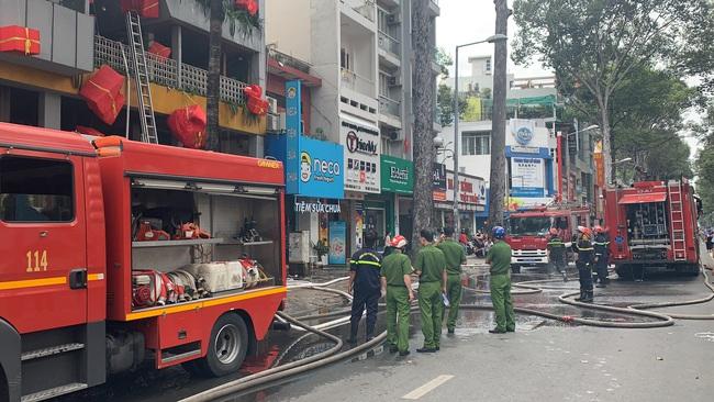 TPHCM: Giải cứu 1 người mắc kẹt trong vụ cháy cửa hàng L'angfarm Buffet - Ảnh 3.