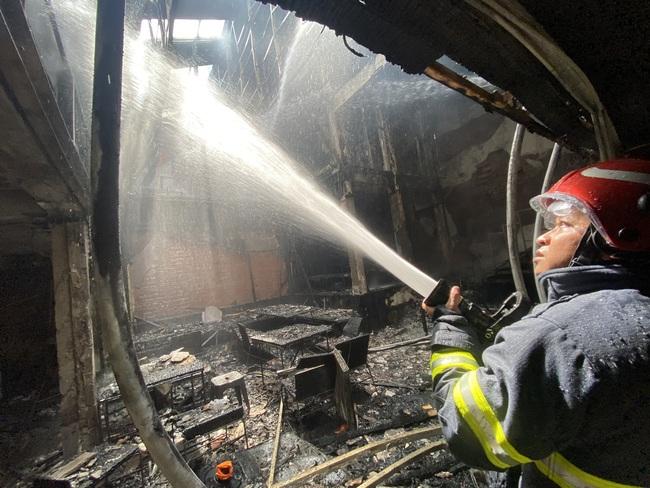 TPHCM: Giải cứu 1 người mắc kẹt trong vụ cháy cửa hàng L'angfarm Buffet - Ảnh 4.