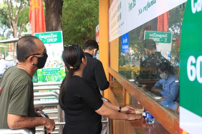 Thảo Cầm Viên Sài Gòn, siêu thị, trung tâm thương mại  đông nghẹt ngày đầu năm - Ảnh 3.