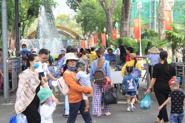 Thảo Cầm Viên Sài Gòn, siêu thị, trung tâm thương mại  đông nghẹt ngày đầu năm - Ảnh 2.