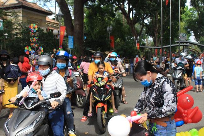 Thảo Cầm Viên Sài Gòn, siêu thị, trung tâm thương mại  đông nghẹt ngày đầu năm - Ảnh 1.
