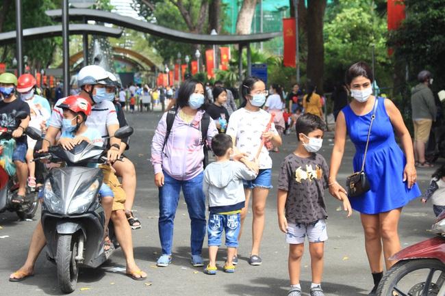 Thảo Cầm Viên Sài Gòn, siêu thị, trung tâm thương mại  đông nghẹt ngày đầu năm - Ảnh 4.