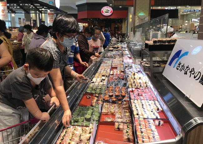 Thảo Cầm Viên Sài Gòn, siêu thị, trung tâm thương mại  đông nghẹt ngày đầu năm - Ảnh 8.