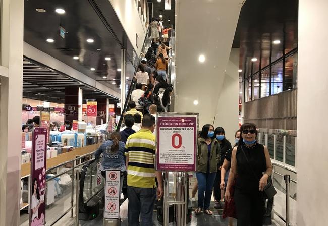 Thảo Cầm Viên Sài Gòn, siêu thị, trung tâm thương mại  đông nghẹt ngày đầu năm - Ảnh 12.
