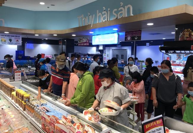 Thảo Cầm Viên Sài Gòn, siêu thị, trung tâm thương mại  đông nghẹt ngày đầu năm - Ảnh 6.