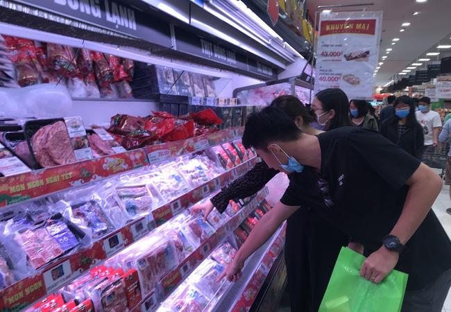 Thảo Cầm Viên Sài Gòn, siêu thị, trung tâm thương mại  đông nghẹt ngày đầu năm - Ảnh 7.
