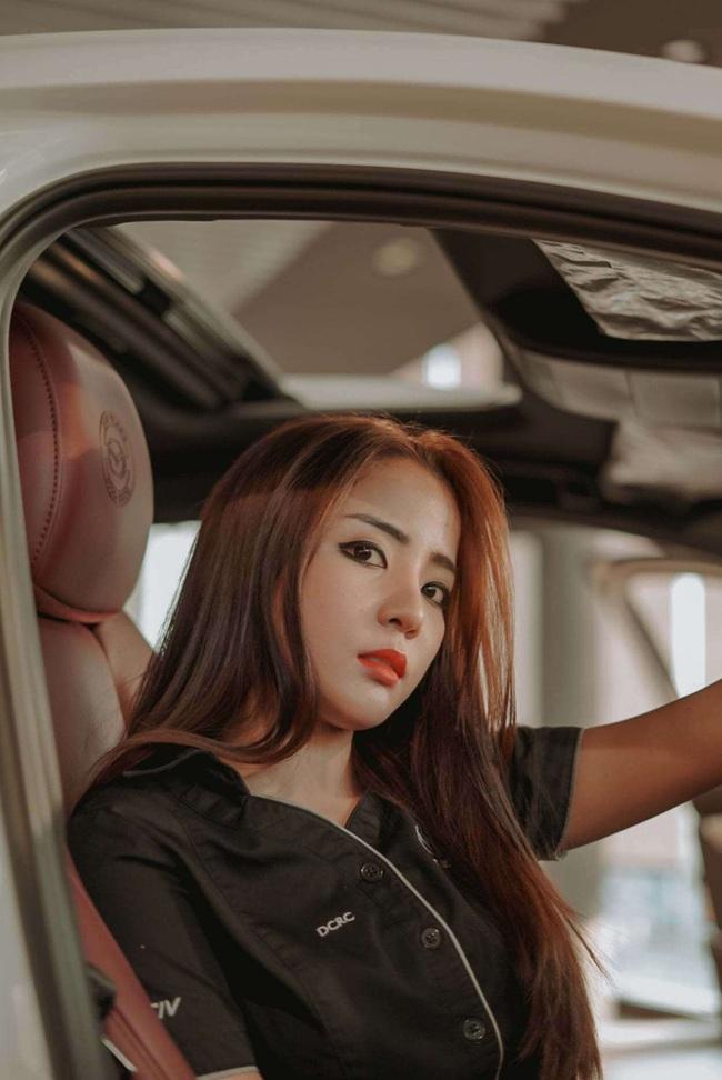 Người đẹp Thái Lan tạo dáng siêu quyến rũ bên xế hộp Mazda - Ảnh 1.