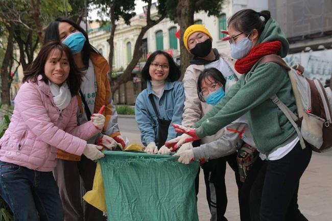 Green Life và Wiibike Việt Nam tổ chức đạp xe trợ lực điện thu gom rác tại Bờ Hồ - Ảnh 1.