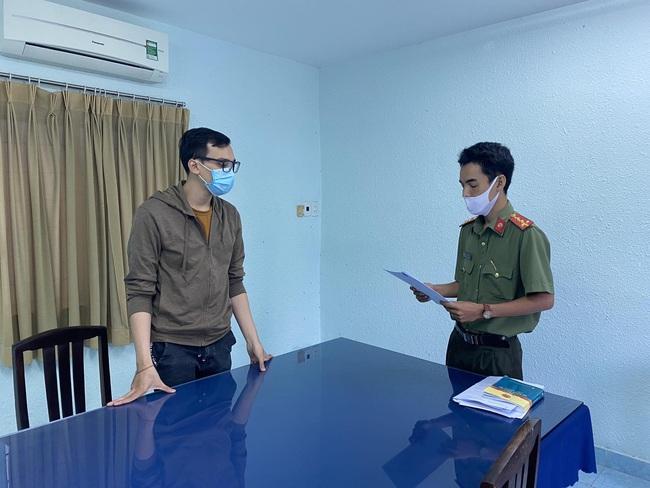 Tống đạt quyết định khởi tố bị can nam tiếp viên Vietnam Airlines làm lây lan dịch Covid-19 - Ảnh 1.