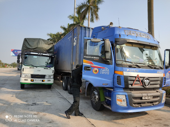 Hải Dương: Phát hiện 300 tấn hàng lậu trên cao tốc Hải Phòng - Hà Nội - Ảnh 3.