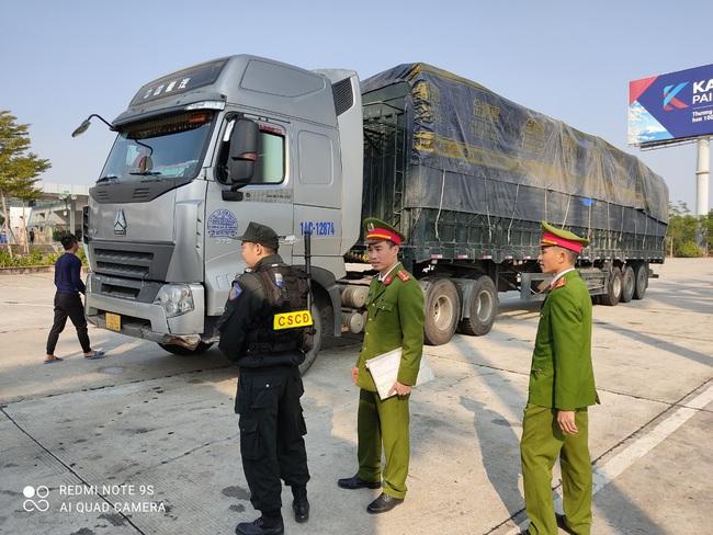 Hải Dương: Phát hiện 300 tấn hàng lậu trên cao tốc Hải Phòng - Hà Nội - Ảnh 2.