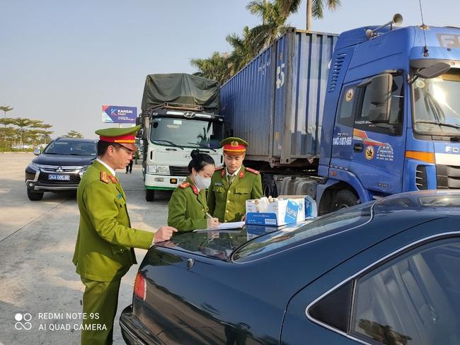 Hải Dương: Phát hiện 300 tấn hàng lậu trên cao tốc Hải Phòng - Hà Nội - Ảnh 1.