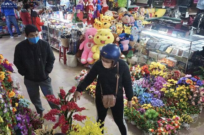 Đà Nẵng: Sức mua yếu, thị trường hoa giả ảm đạm cận Tết Nguyên đán 2021 - Ảnh 4.
