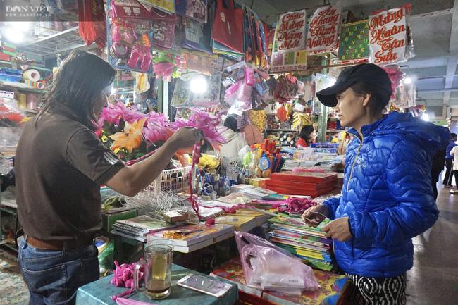 Đà Nẵng: Sức mua yếu, thị trường hoa giả ảm đạm cận Tết Nguyên đán 2021 - Ảnh 3.