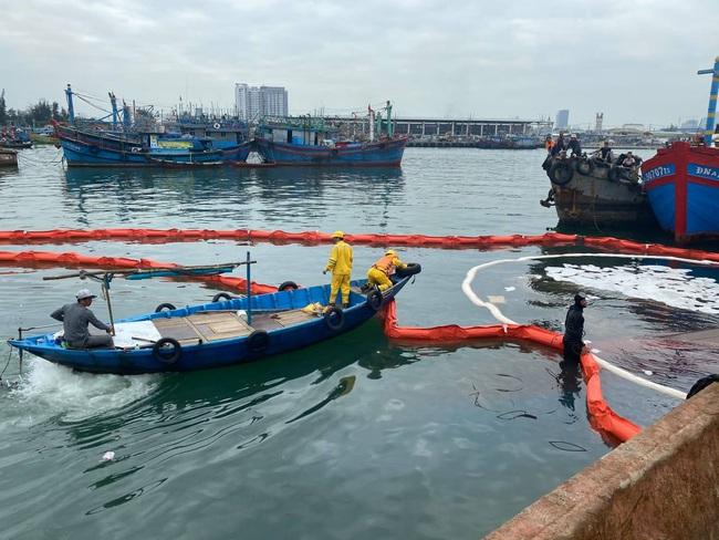 Khẩn cấp ứng phó sự cố tràn dầu tại cảng cá lớn nhất miền Trung vào rạng sáng - Ảnh 1.
