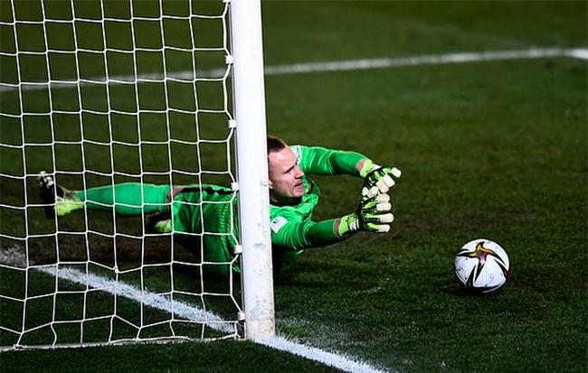 Không có Messi, Ter Stegen đưa Barca vào chung kết siêu cúp TBN - Ảnh 2.