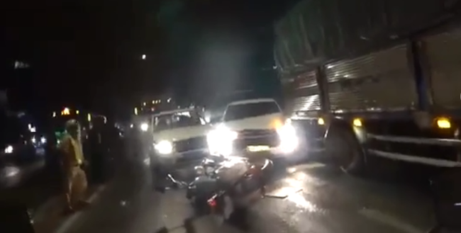 Chở thuốc lá lậu, tài xế ô tô tông ngã xe cảnh sát rồi tháo chạy như phim hành động ở Sài Gòn - Ảnh 1.