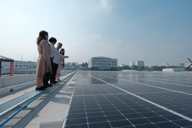 Khánh thành công trình điện mặt trời áp mái đầu tiên tại cảng hàng hóa sân bay Quốc tế Tân Sơn Nhất - Ảnh 1.