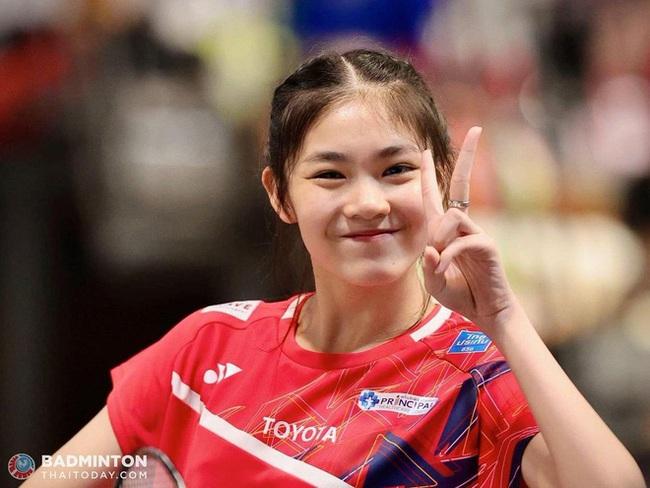 Ngỡ ngàng nhan sắc của nữ tay vợt 14 tuổi đang là mưa làm gió Thái Lan - Ảnh 2.