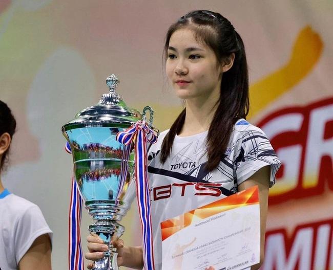 Ngỡ ngàng nhan sắc của nữ tay vợt 14 tuổi đang là mưa làm gió Thái Lan - Ảnh 3.