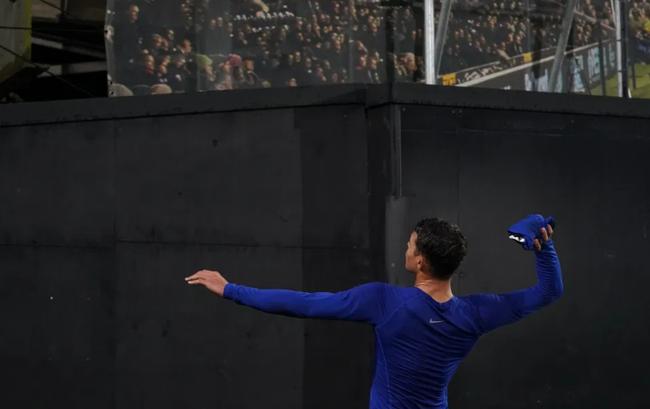 Thiago Silva ném áo cho một nhân viên trên khán đài.
