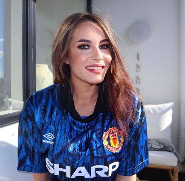 M.U có điểm rời Anfield, fan nữ xinh đẹp khỏa thân ăn mừng - Ảnh 7.