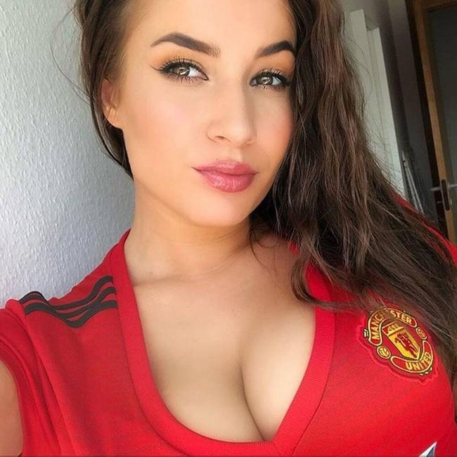 M.U có điểm rời Anfield, fan nữ xinh đẹp khỏa thân ăn mừng - Ảnh 5.