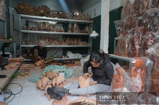 Hà Nội: Trâu gỗ giá tiền triệu cháy hàng dịp cận Tết, bán đàn trâu 300 con thu về ngay 500 triệu đồng - Ảnh 8.