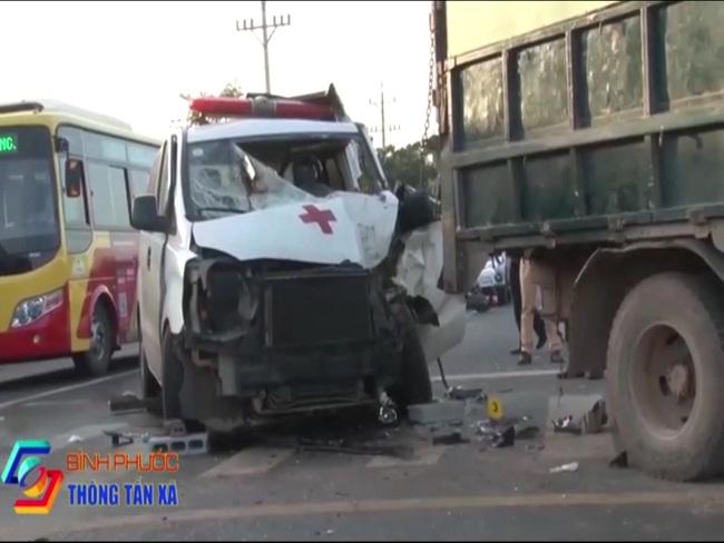Đang dừng chờ qua đường, xe tải bị xe cấp cứu húc vào đuôi xe, tài xế kẹt cứng trong cabin - Ảnh 2.