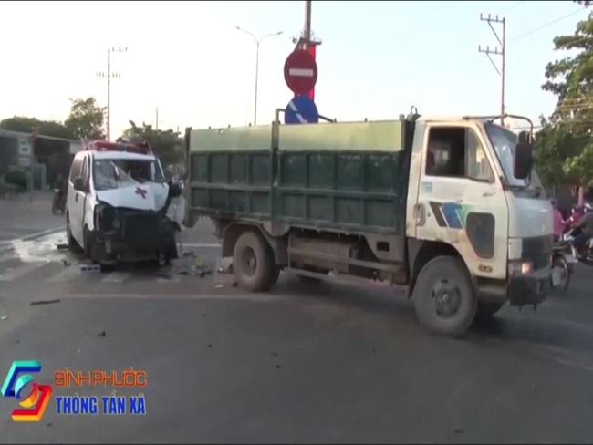 Đang dừng chờ qua đường, xe tải bị xe cấp cứu húc vào đuôi xe, tài xế kẹt cứng trong cabin - Ảnh 4.