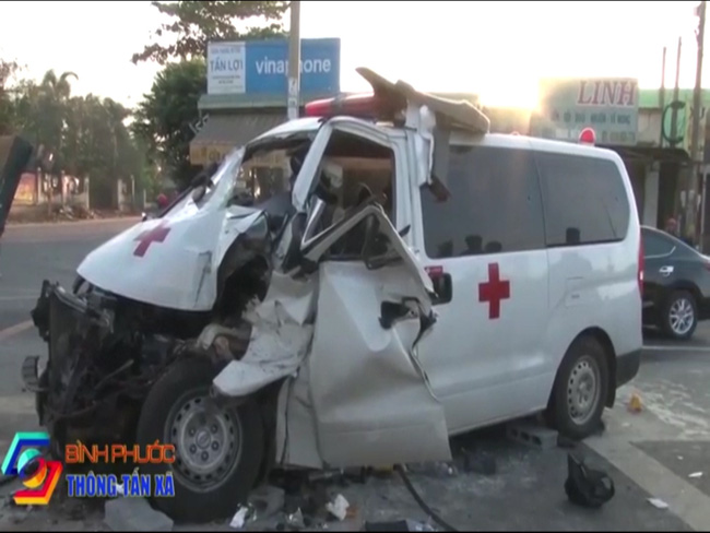 Đang dừng chờ qua đường, xe tải bị xe cấp cứu húc vào đuôi xe, tài xế kẹt cứng trong cabin - Ảnh 3.