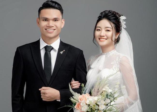 """2 tuyển thủ Việt Nam cưới vợ đầu năm 2021: Toàn """"hot-girl"""", con nhà giàu - Ảnh 1."""