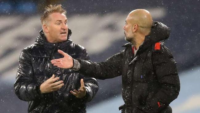 HLV Dean Smith tranh cãi gay gắt bên ngoài đường pitch.