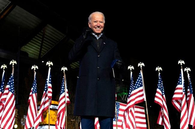 """Ảnh Biden thời trẻ quá đẹp trai khiến cư dân mạng """"phát cuồng"""" - Ảnh 1."""
