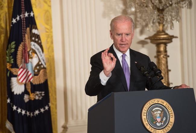 Vừa nhậm chức, Biden lập tức sa thải 3 người được Trump cài cắm - Ảnh 1.