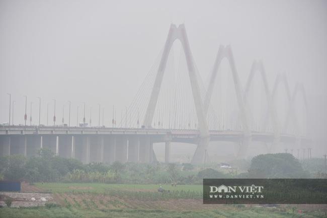 Hà Nội sương mù như Sa Pa, nhiều ôtô phải bật đèn đi giữa ban ngày - Ảnh 1.