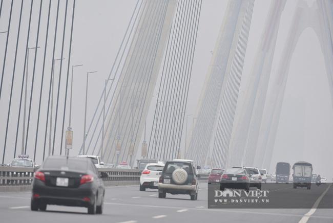 Hà Nội sương mù như Sa Pa, nhiều ôtô phải bật đèn đi giữa ban ngày - Ảnh 2.