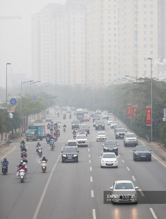 Hà Nội sương mù như Sa Pa, nhiều ôtô phải bật đèn đi giữa ban ngày - Ảnh 3.