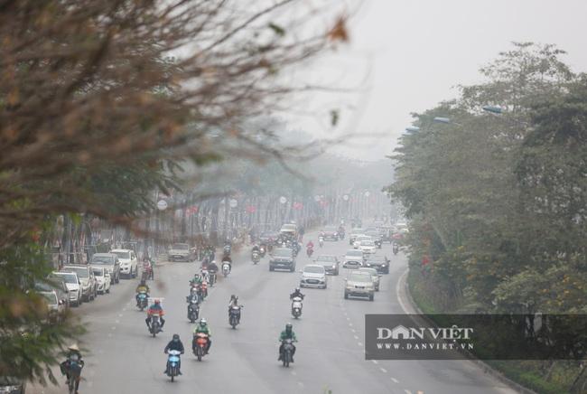Hà Nội sương mù như Sa Pa, nhiều ôtô phải bật đèn đi giữa ban ngày - Ảnh 4.