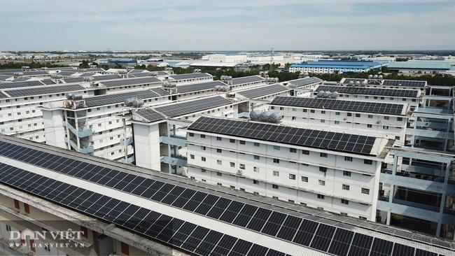 Bình Dương: BQT tự ý cho lắp tấm pin năng lượng mặt trời lên mái nhà, cư dân bức xúc - Ảnh 1.