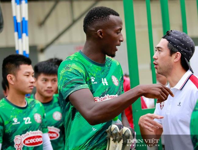 Lee Nguyễn thân thiết với HLV Polking trong ngày đầu hội quân - Ảnh 3.