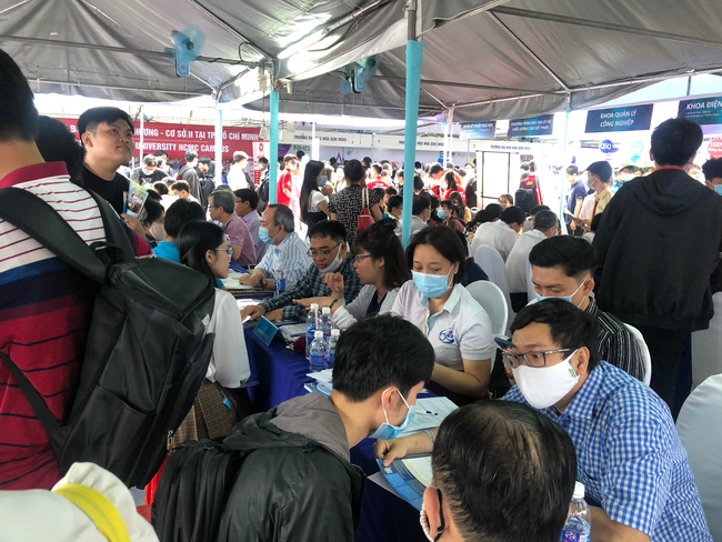 Hàng ngàn học sinh nô nức tham dự ngày hội tư vấn tuyển sinh 2021 - Ảnh 4.