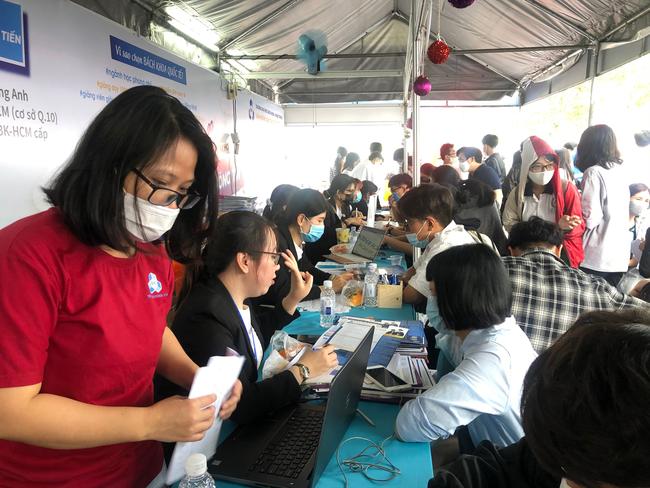 Hàng ngàn học sinh nô nức tham dự ngày hội tư vấn tuyển sinh 2021 - Ảnh 5.