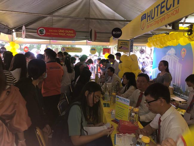 Hàng ngàn học sinh nô nức tham dự ngày hội tư vấn tuyển sinh 2021 - Ảnh 7.